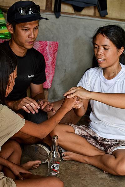 Frivillig fra Projects Abroad projekt inden for fysioterapi, Victor Lee, arbejder med ung, lokal pige og hendes mor og underviser pigens mor i, hvordan hun kan hjælpe sin datter.