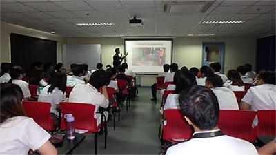 Frivillig fra Projects Abroad projekt inden for fysioterapi, Victor Lee taler ved national uge for forebyggelse og rehabilitering af handikap i Filippinerne