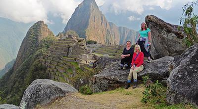 Tre ældre frivillige i Peru besøger Machu Picchu i deres fritid
