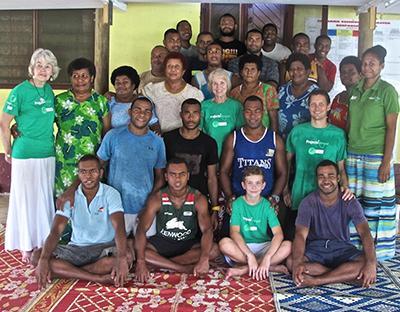 Jill og en gruppe frivilige og lokale på ernæringsprojekt i Fiji