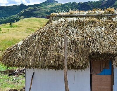Taget af en traditional hytte i landsby i Fiji