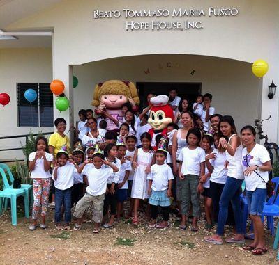 Gruppebillede af børn fra Tinas projekt i Filippinerne