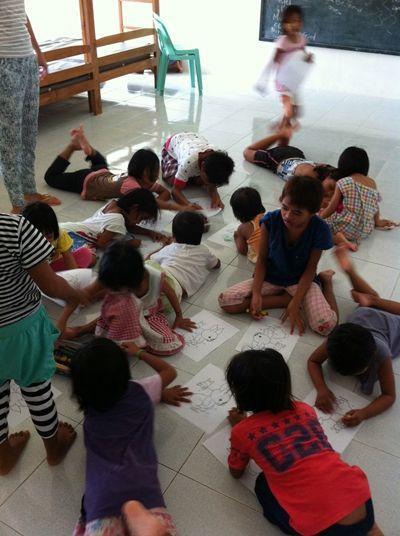 Børnene tegner i børnehave i Filippinerne