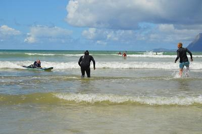 Ashtan rider en bølge helt til vandkanten