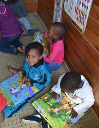 Projects Abroad-teamet donerer læsemateriale til townships i Sydafrika