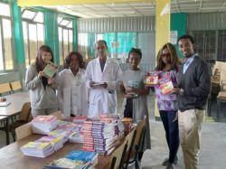 Trabajadores y voluntaries de Projects Abroad presentan una donación de libros académicos y de ficción al Director de la Escuela Berhane Zare en Addis Ababa, Etiopía.