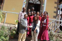 El voluntario de Projects Abroad, Yuka Owaki de Japón, con los trabajadores y alumnus de la Escuela Yelebe Fana en Etiopía.