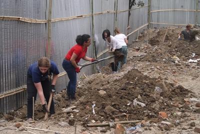 Voluntarios de ayuda en catástrofes de Projects Abroad Disaster Relief volunteers ponen los cimientos para una nueva escuela nepalesa en Katmandú.