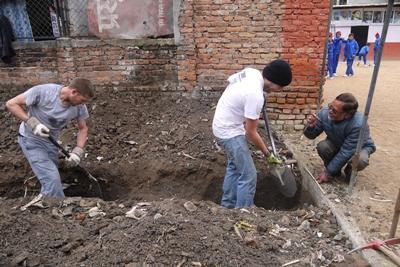 Voluntarios de ayuda en catástrofes de Projects Abroad Disaster Relief cavan los cimientos de una nueva escuela nepalesa en Katmandú.