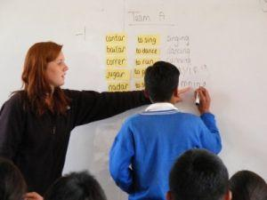 Voluntaria de Projects enseña inglés a niños en una escuela durante su centro de Enseñanza en Urubamba, Perú