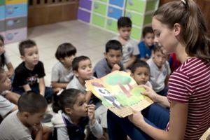 Una voluntaria inglesa del proyecto de Trabajo Social y Conservación Medioambiental de Projects, Veronica Williamson, lee una historia a unos niños en su clase en el Centro Infantil en Costa Rica