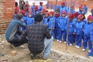 Voluntarios de Projects Abroad se reúnen con niños cuya escuela ha sido reconstruida como parte del proyecto de Gestión en Desastres en Nepal