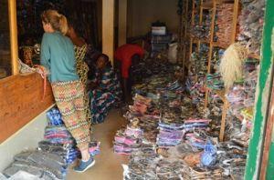Una voluntaria de Projects Abroad y un miembro del personal local compran zapatos nuevos para los niños talibés en Senegal