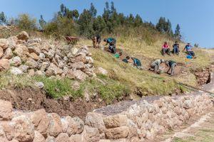 Voluntarios en el proyecto de Arqueología excavan el terreno en Sacsayhuaman