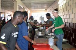 Nell Bender, une volontaire américaine, sert à manger à l'occasion de la Journée internationale des sans-abri, le 10 octobre