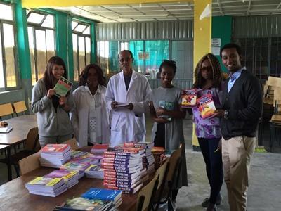 Le personnel et les volontaires de Projects Abroad effectuent un don de livres