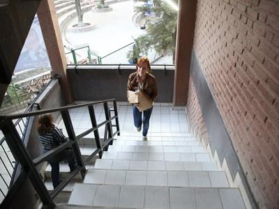 Une volontaire lors de la distribution du dernier numéro de Cocha-banner