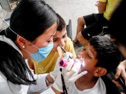 Volontaire en mission de soins dentaires