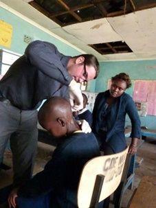 Volontaire médicale vénézuélien dans une école kenyane.