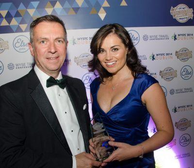 Anna McCarthy, directrice du bureau Projects Abroad en Irlande reçoit le prix du meilleur organisme de voyage pour la jeunesse