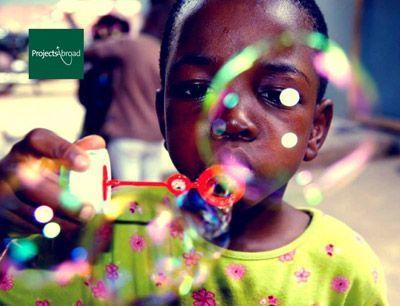Enfant qui fait des bulles au Togo, Afrique de l'Ouest