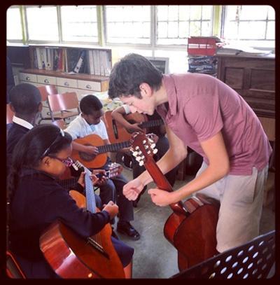 volontaire en action dans un atelier de musique