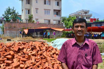 Mr. Surendra Maharjan, directeur de l'école Sunrise, sur le site de la nouvelle école construite par les volontaires de Projects Abroad près de Katmandou