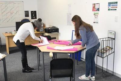 """Les volontaires en Journalisme couvrent des livres avant de se rendre au """"Vredelus House"""