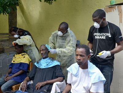 Plusieurs volontaires offrent des services de toilettage aux sans-abri, à l'occasion de la Journée internationale des sans-abri