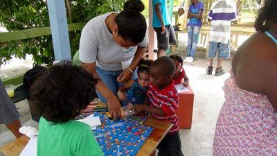 Une volontaire entreprend de sensibiliser des jeunes aux questions environnementales