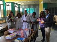 Projects Abroad fait don de 250 livres à deux écoles publiques en Ethiopie