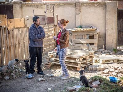 Une volontaire hollandaise en journalisme réalise l'interview du propriétaire d'un foyer local pour animaux.
