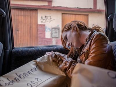 La volontaire hollandaise Melanie Hazenberg se prépare pour la distribution du Cocha-banner dans la ville de Cochabamba