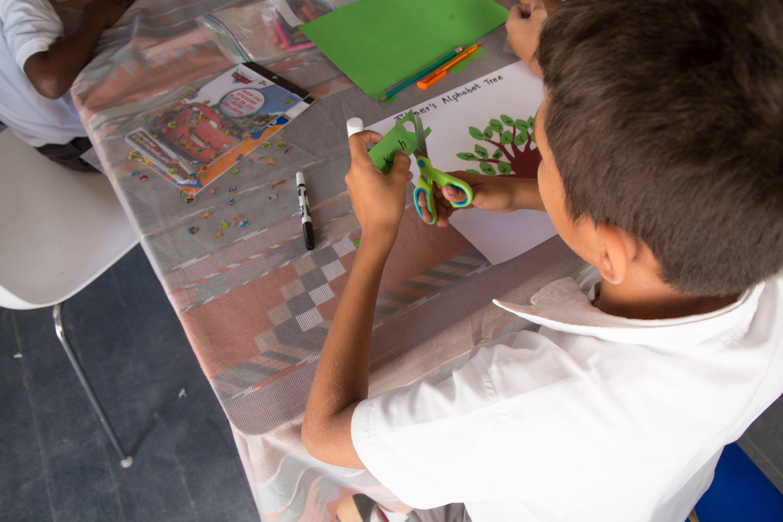 Un élève construit son arbre à lettres au cours du programme d'alphabétisation au Belize