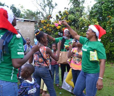 Des volontaires jouent avec les enfants pour l'opération Krismus Smile en Jamaïque