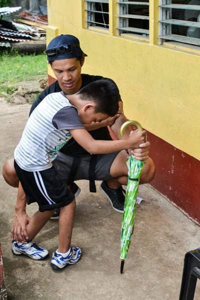 un volontaire en kinésithérapie et un enfant sur le chantier du projet construction aux philippines