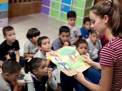 Projects Abroad Care and Conservation volunteer, Veronica Williamson from the UK, reads a story to the children in her class at Centro Infantil, Semillitas de Vida