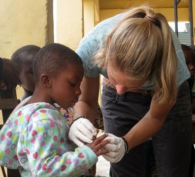 volontaria-medicina-bambina