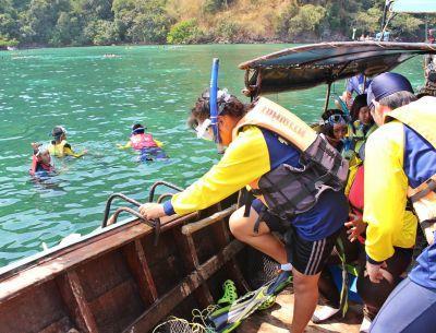 I bambini del progetto Princess durante lo snorkeling