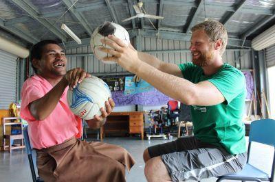 Un volontario gioca con un paziente di fisioterapia alle Samoa