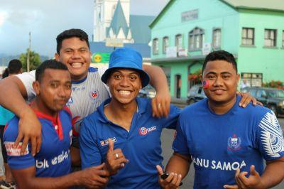 Fan samoani festeggiano durante la partita di rugby All Blacks vs Manu Samoa ad Apia Park.