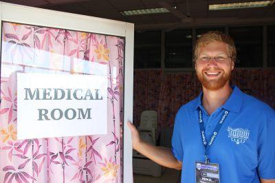 Un volontario del progetto di fisioterapia alle Samoa di projects Abroad si è unito al team medico del match Manu Samoa vs All Blacks ad Apia Park