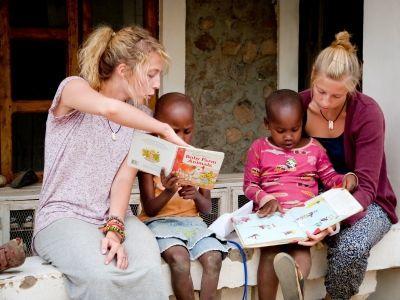 Le volontarie di Projects Abroad impegnate nel progetto di insegnamento in Tanzania leggono una storia ai bambini