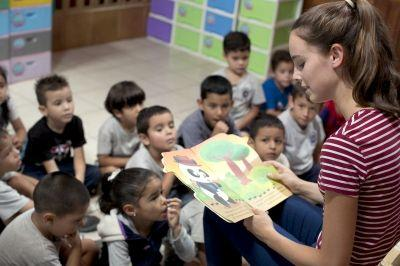Veronica Williamson, volontaria del progetto volontariato con i bambini, legge storie ai bambini del Centro Infantil, Semillitas de Vida in Costa Rica