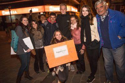 Un gruppo di volontari durante le attività di sensibilizzazione settimanali alla comunità di senzatetto a Cordoba, Argentina