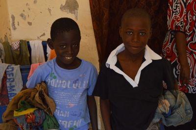Due bambini talibè indossano i vestiti nuovi donati dalla volontaria di Projects Abroad in Senegal