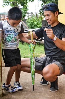 Il primo volontario fisioterapista segue un bambino durante gli esercizi di fisioterapia