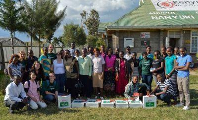 I volontari di Projects Abroad in posa con i partners locali e i nuovi kit di pronto soccorso donati da Annie in Kenya