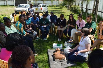 i volontari di Projects Abroad e lo staff locale in Kenya seguono il corso di formazione tenuto da Annie in Kenya