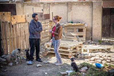 La volontaria olandese Melanie Hazeberg durante un'intervista al proprietario del rifugio per animali di Cochabamba